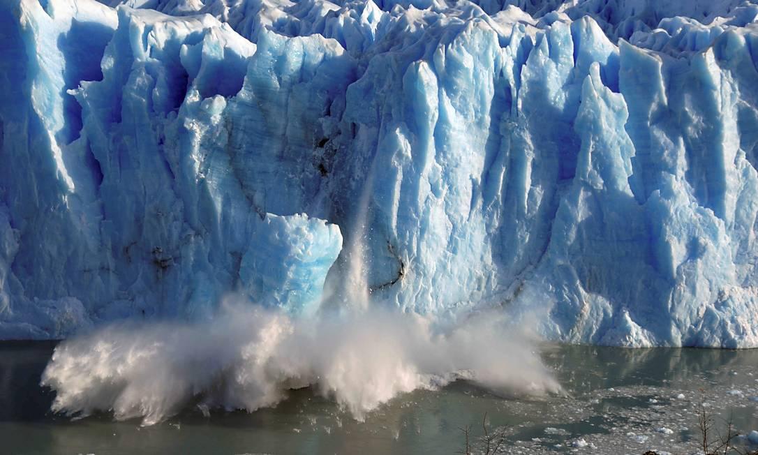 Rompimento de geleira na província de Santa Cruz, no Sul da Argentina: entre os cinco cenarios traçados pela ONU, apenas um mostra o aumento da temperatura global na margem tolerada pelos cientistas Foto: Andres Forza/REUTERS