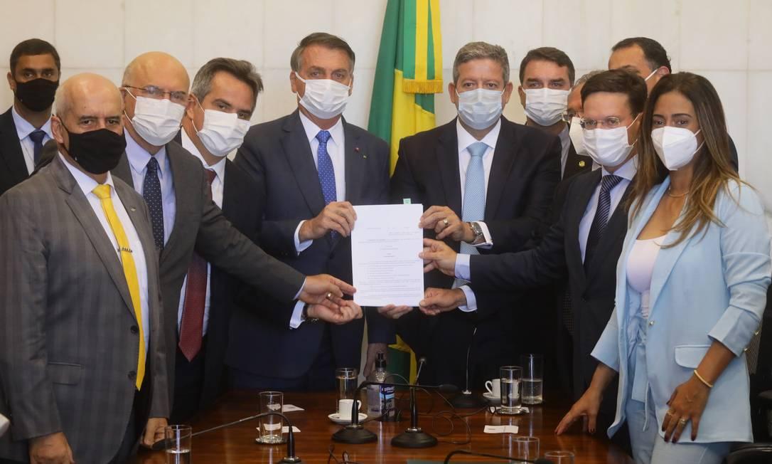 O presidente da Câmara, Arthur Lira (PP-AL), recebe a proposta do novo Bolsa Família das mãos do presidente Jair Bolsonaro Foto: Cleia Viana / Câmara dos Deputados