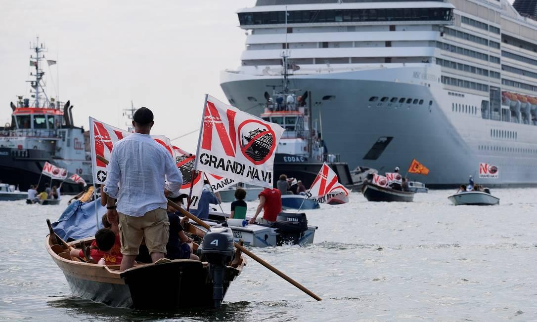 Moradores de Veneza protestam contra a presença de grandes navios de cruzeiros na cidade, em junho de 2021 Foto: Manuel Silvestri / REUTERS