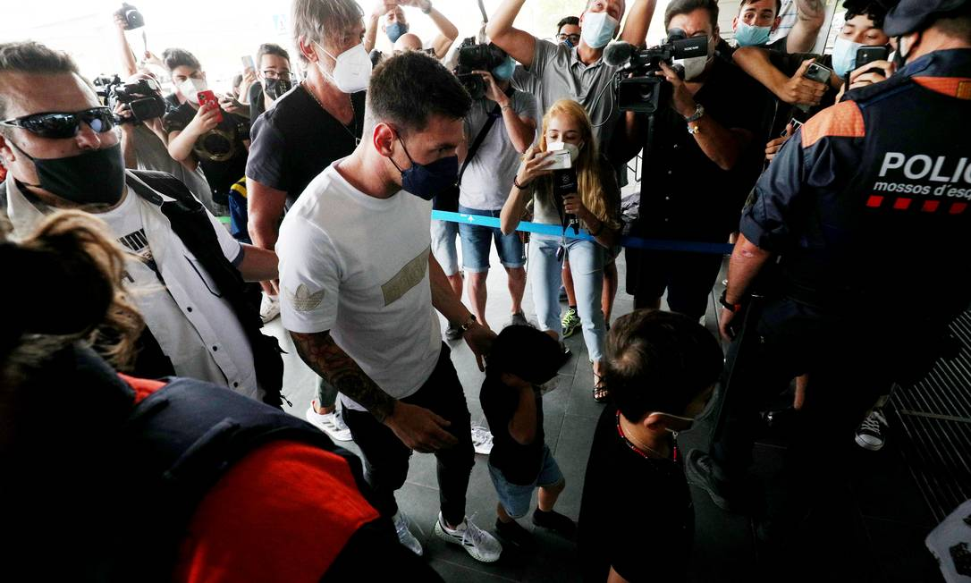 Messi chega ao Aeroporto de Barcelona Foto: ALBERT GEA / REUTERS
