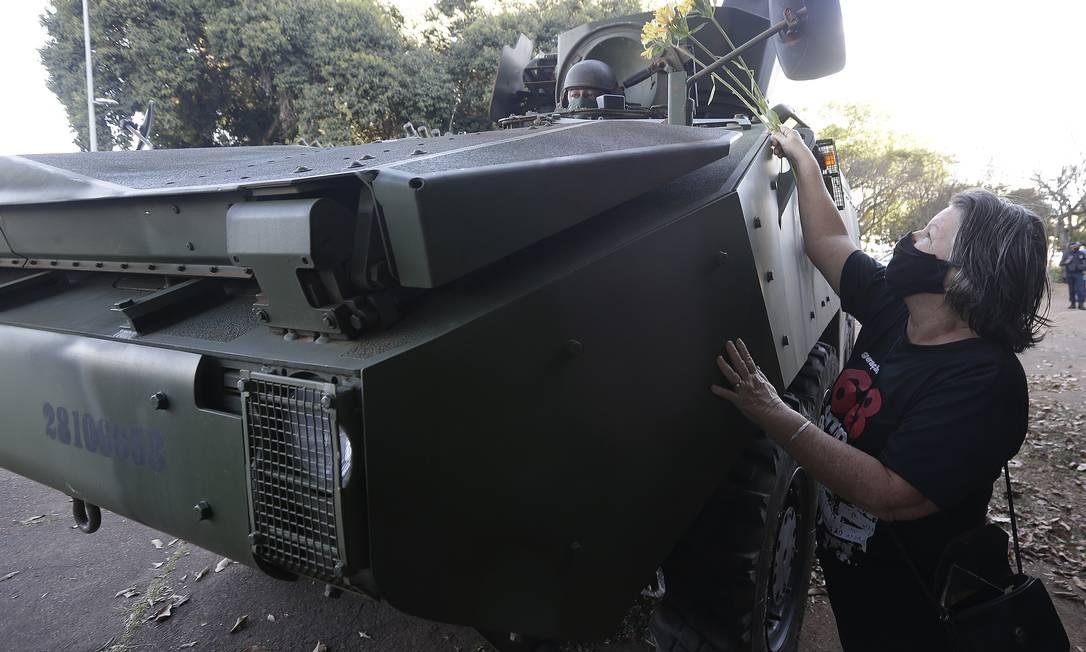 Manifestantes tenta entregar flores a soldado em frente ao Ministério da Marinha Foto: Cristiano Mariz / Agência O Globo