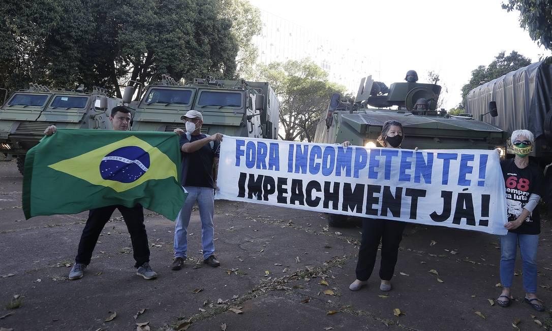 Manifestantes exibem faixa com pedido de impeachment Foto: Cristiano Mariz / Agência O Globo