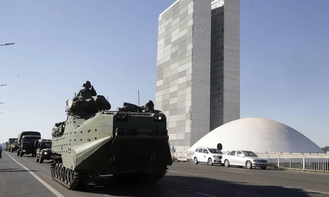 Operação Formosa: tanques de guerra desfilam em frente ao Palácio do Plnalto e do Congresso Nacional, em Brasília Foto: Cristiano Mariz / Agência O Globo