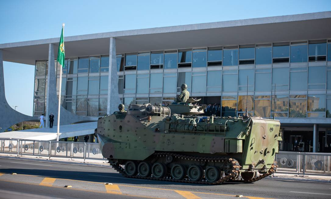 Esplanada dos Ministérios recebeu veículos militares, como tanques de guerra e carros com armamentos Foto: Fotoarena / Agência O Globo