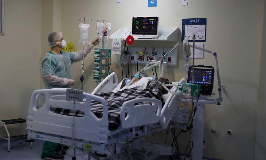 Paciente internado com Covid-19 no Hospital Raul Gazolla Foto: Pilar Olivares / Reuters