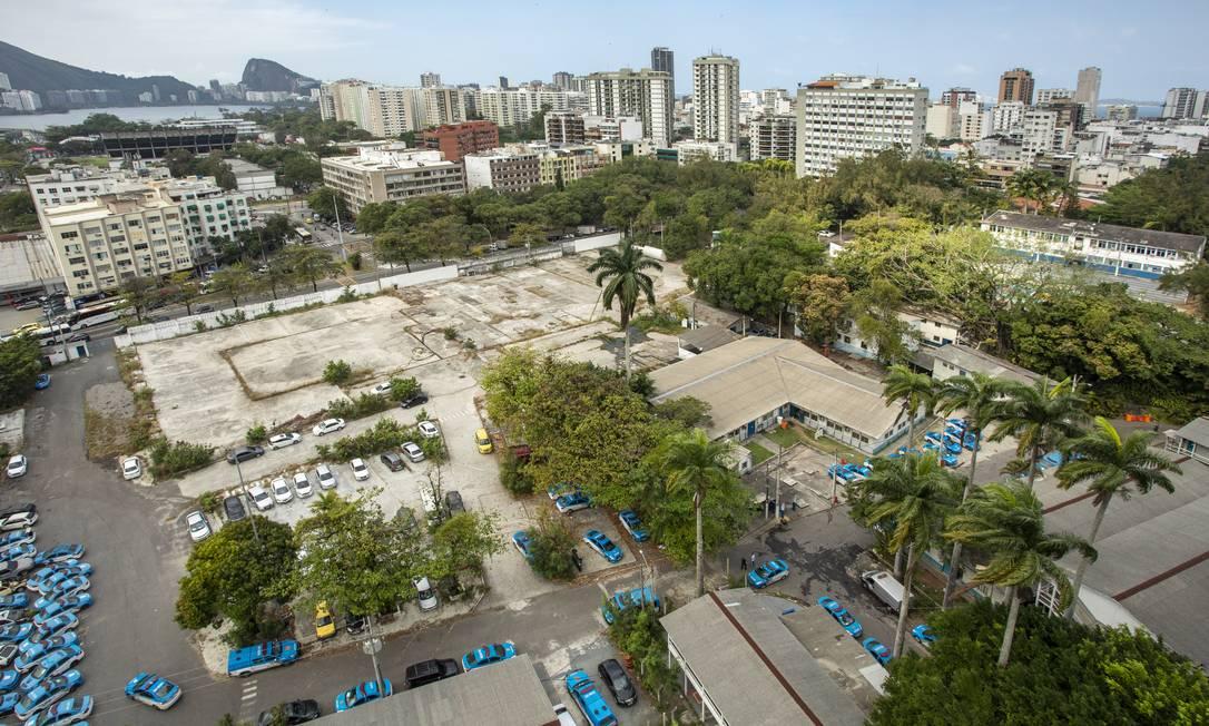 O terreno do 23º BPM no Leblon: local abriga sucatas de carros da PM, caixa d'água sem proteção e água empoçada Foto: Ana Branco / Agência O Globo