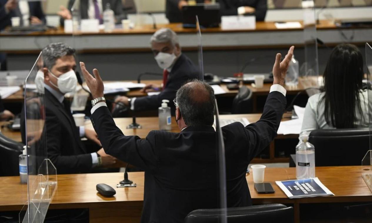 """O depoimento do líder do governo na Câmara, Ricardo Barros (PP-PR), causou bate-boca entre os senadores, fazendo com que a comissão fosse suspensa em dois momentos. Omar Aziz encerrou a sessão mais cedo na ocasião, após integrantes avaliarem que o deputado mentiu. Barros compareceu na condição de convidado. Após o fim da sessão, Aziz atacou o deputado: """"O grand finale dele foi querer fazer uma narrativa de que é a CPI que está atrapalhando a compra de vacina. Aí não dá. A própria empresa chinesa já desmentiu. Em vez de vir se explicar, tentou desconstruir. Não vai conseguir"""". Foto: Agência Senado"""