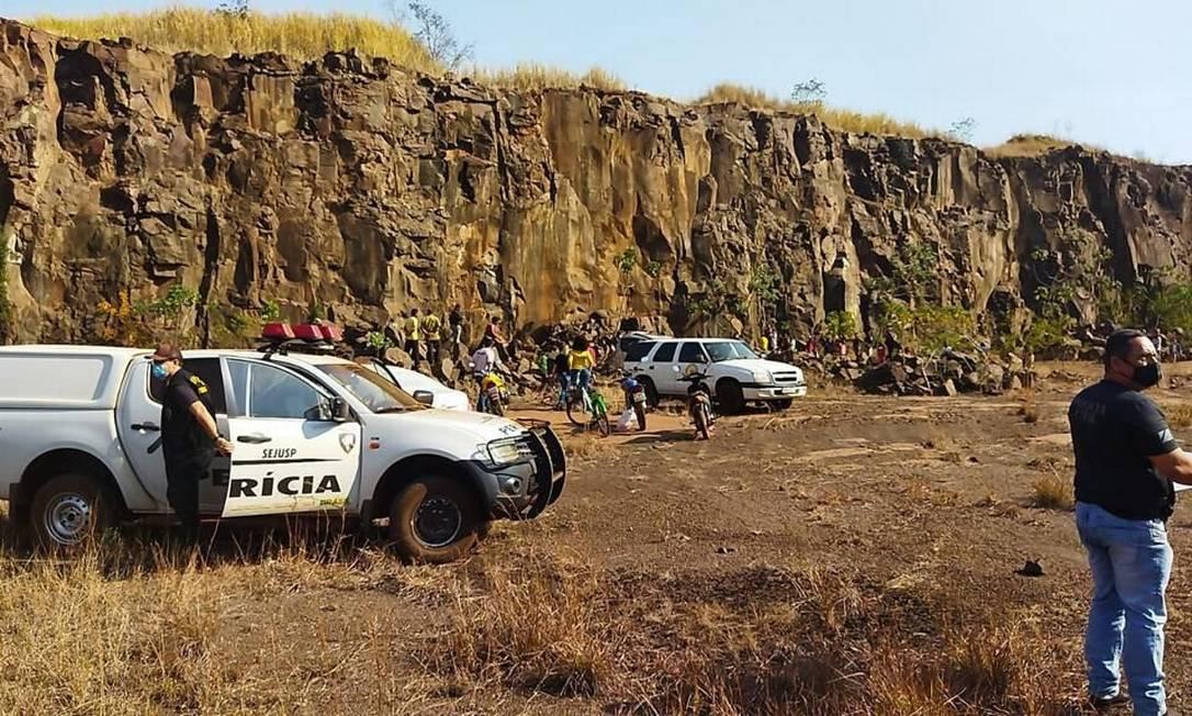 As equipes da polícia no local onde o corpo de Raissa foi encontrado Foto: Reprodução