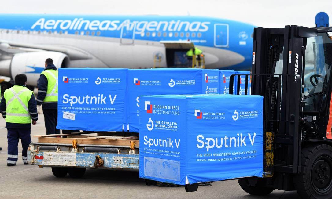 Contêineres com 40 mil doses do segundo componente da vacina Sputnik V são desembarcados no aeroporto Internacional de Ezeiza, em Buenos Aires, Argentina Foto: MARIA EUGENIA CERUTTI / AFP/09-08-2021