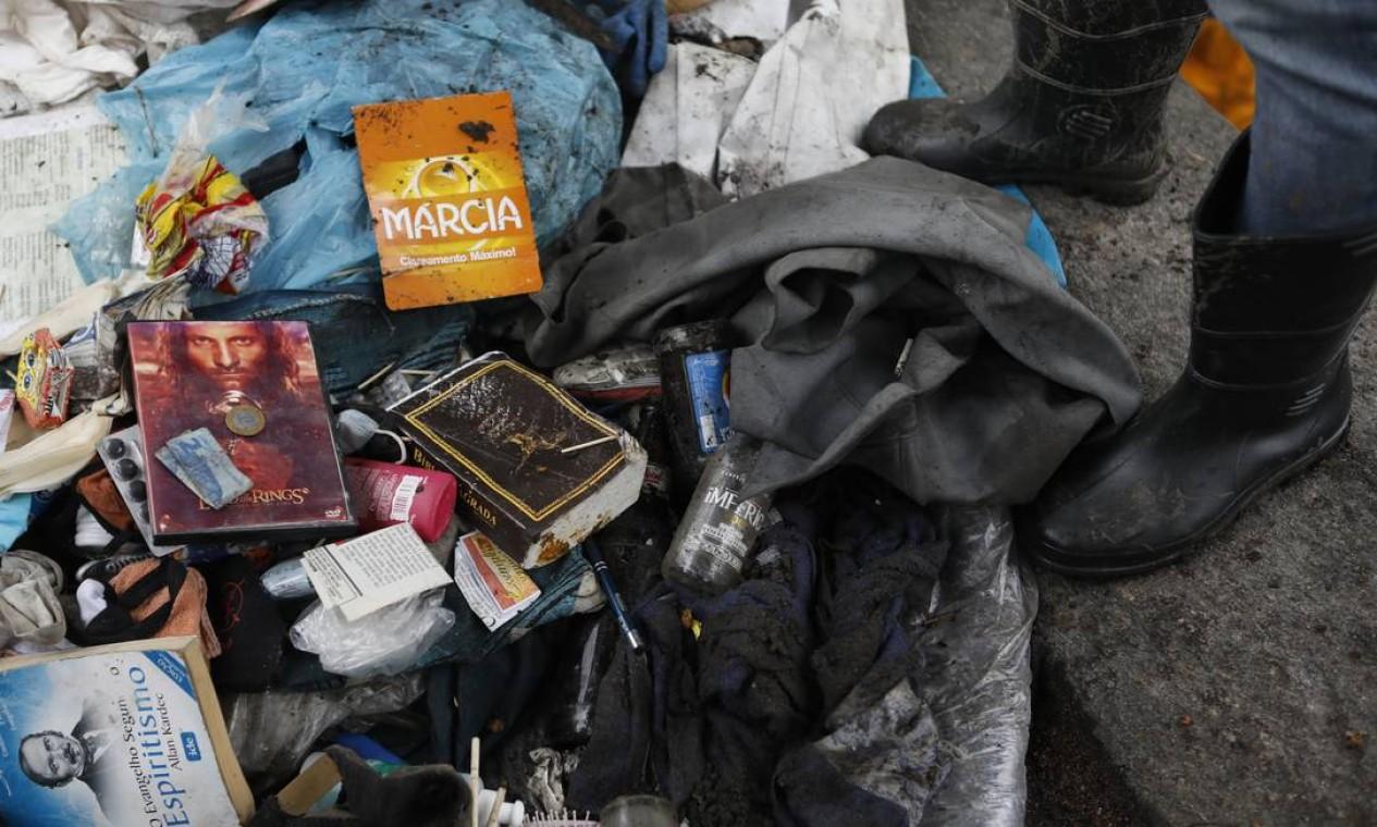 Livros, revistas e até dinheiro são encontrados Foto: Luiza Moraes / Agência O Globo