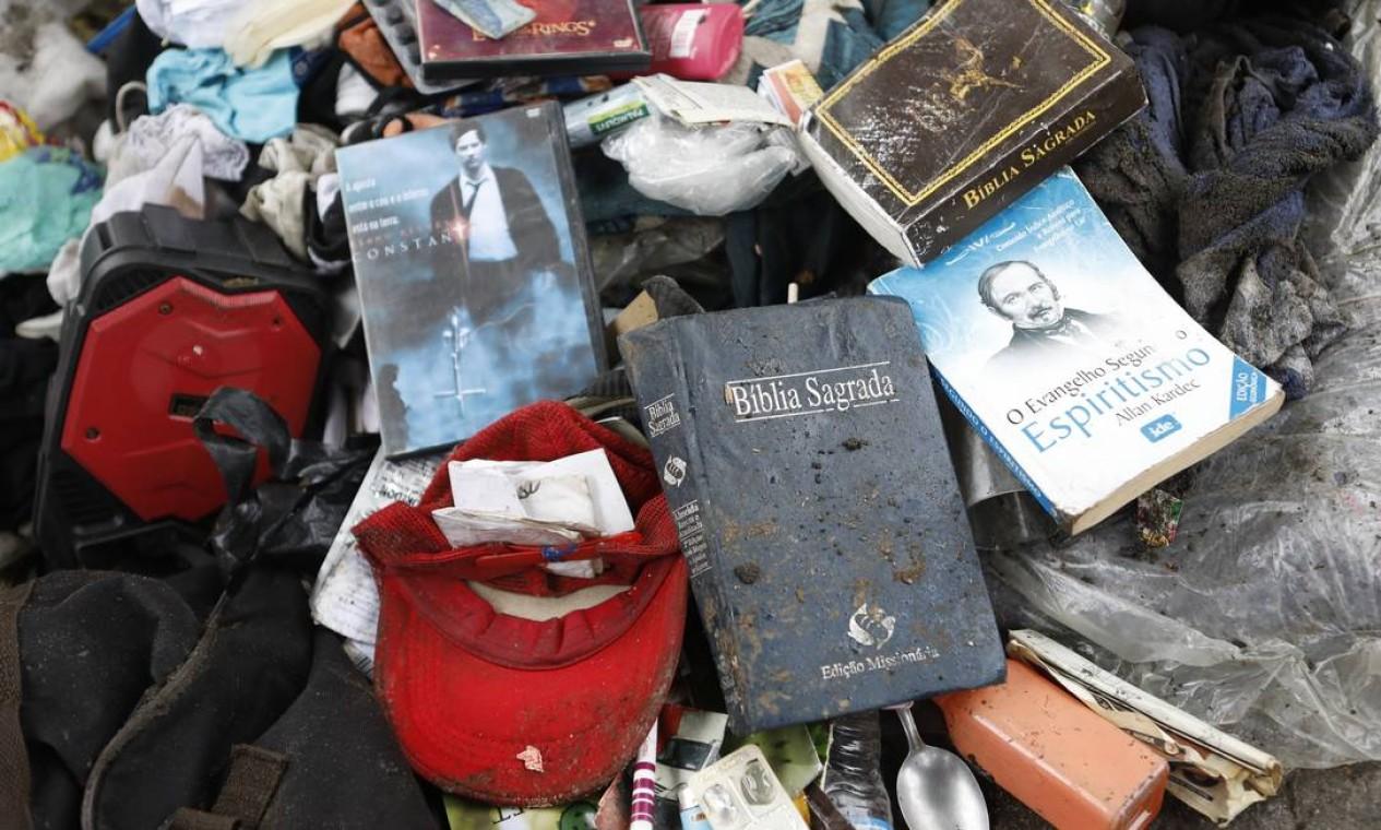 Acessórios, utensílios domésticos, uma lista interminável de objetos com descarte indevido são encontrados durante limpeza canal da Avenida Presidente Vargas Foto: Luiza Moraes / Agência O Globo