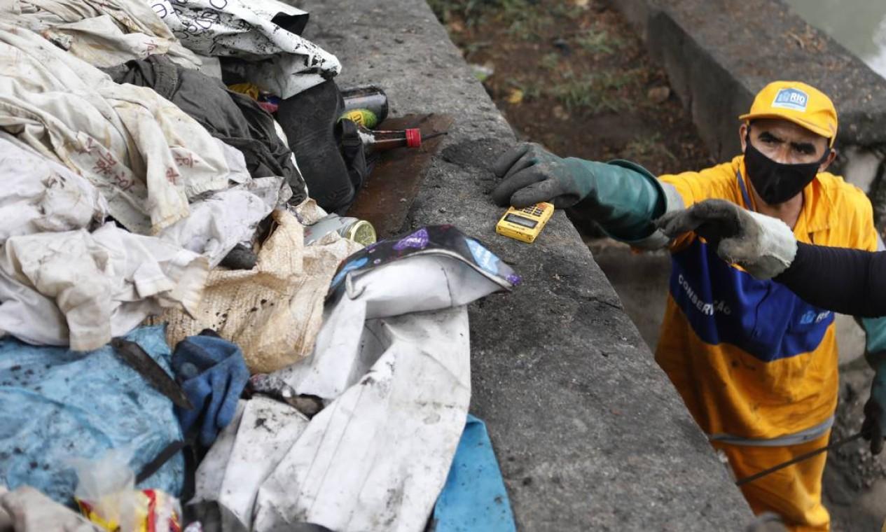 Equipe da Comlurb trabalha para retirar lixo do canal da Avenida Presidente Vargas Foto: Luiza Moraes / Agência O Globo