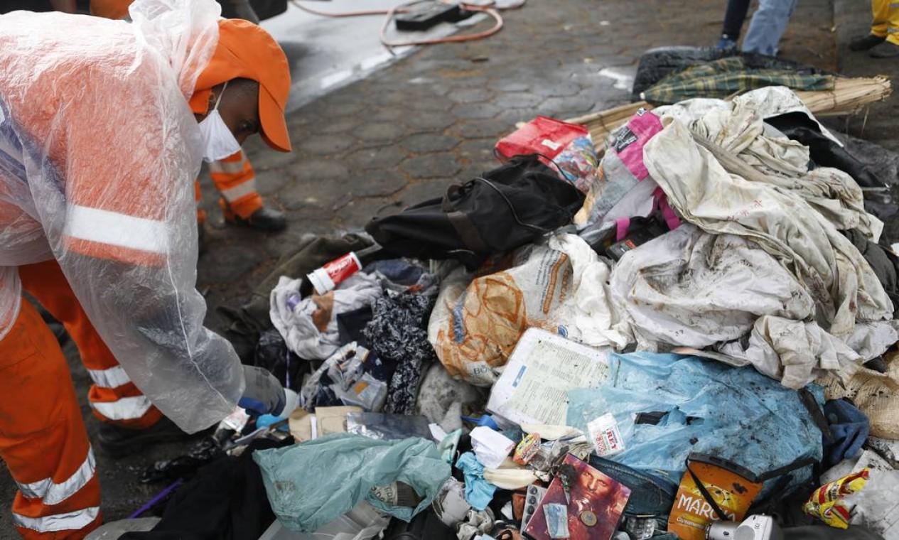 Companhia Municipal de Limpeza Urbana(Comlurb) retira nove mil toneladas de todo tipo de lixo da cidade. Desse total, 3.500 toneladas são de sujeiras em locais públicos, incluindo o que é retirado dos bueiros Foto: Luiza Moraes / Agência O Globo