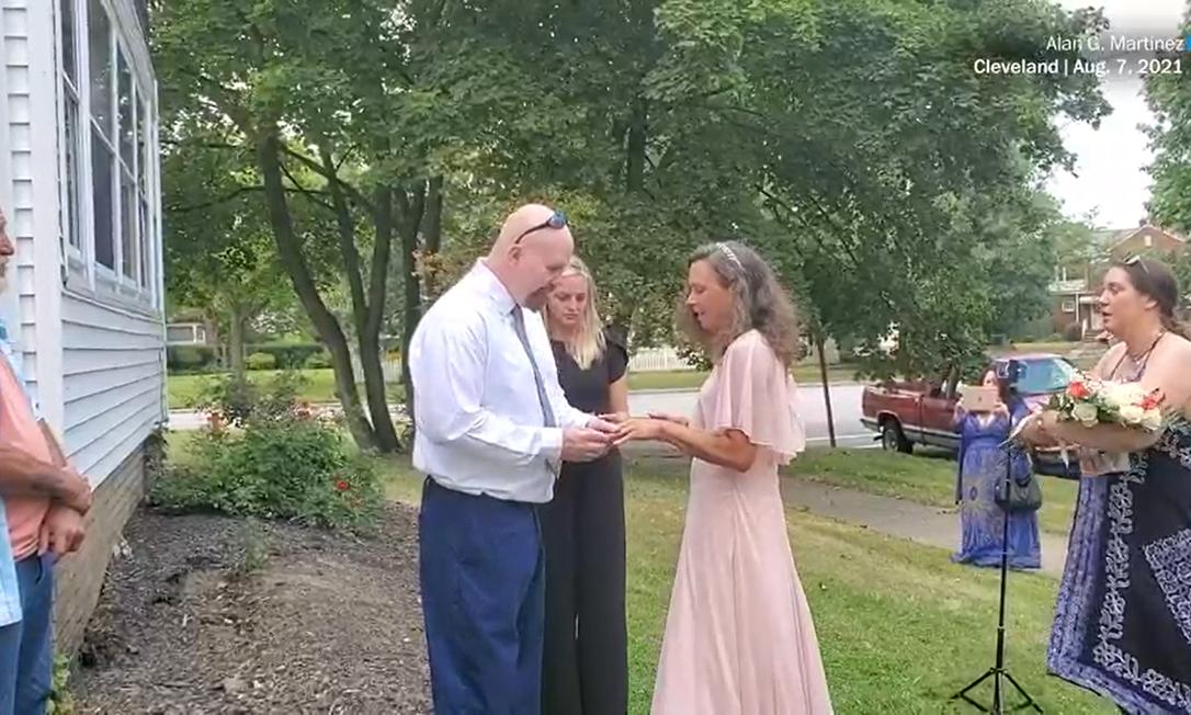 John Tiedjen e Crystal Straus durante cerimônia de casamento Foto: Reprodução