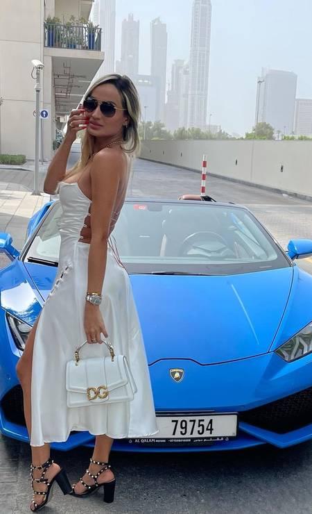 Laís Crisóstomo posa com bolsa de grife diante de carro superesportivo da italiana Lamborghini, em Dubai Foto: Reprodução