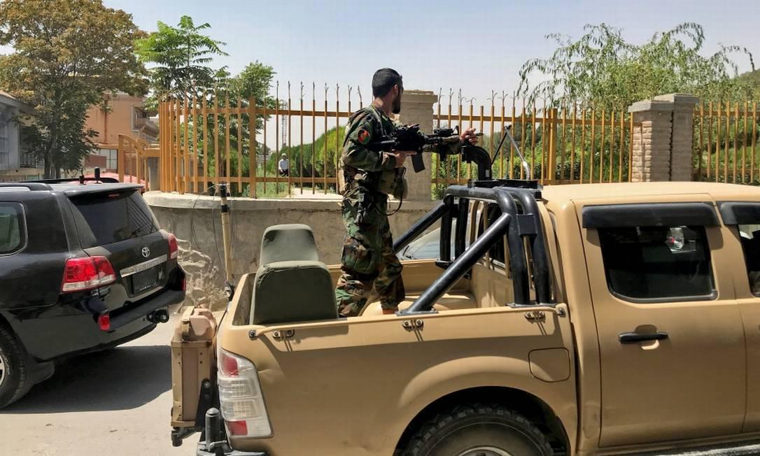 Um soldado afegão em um veículo militar em uma rua em Cabul, no Afeganistão Foto: STRINGER / REUTERS