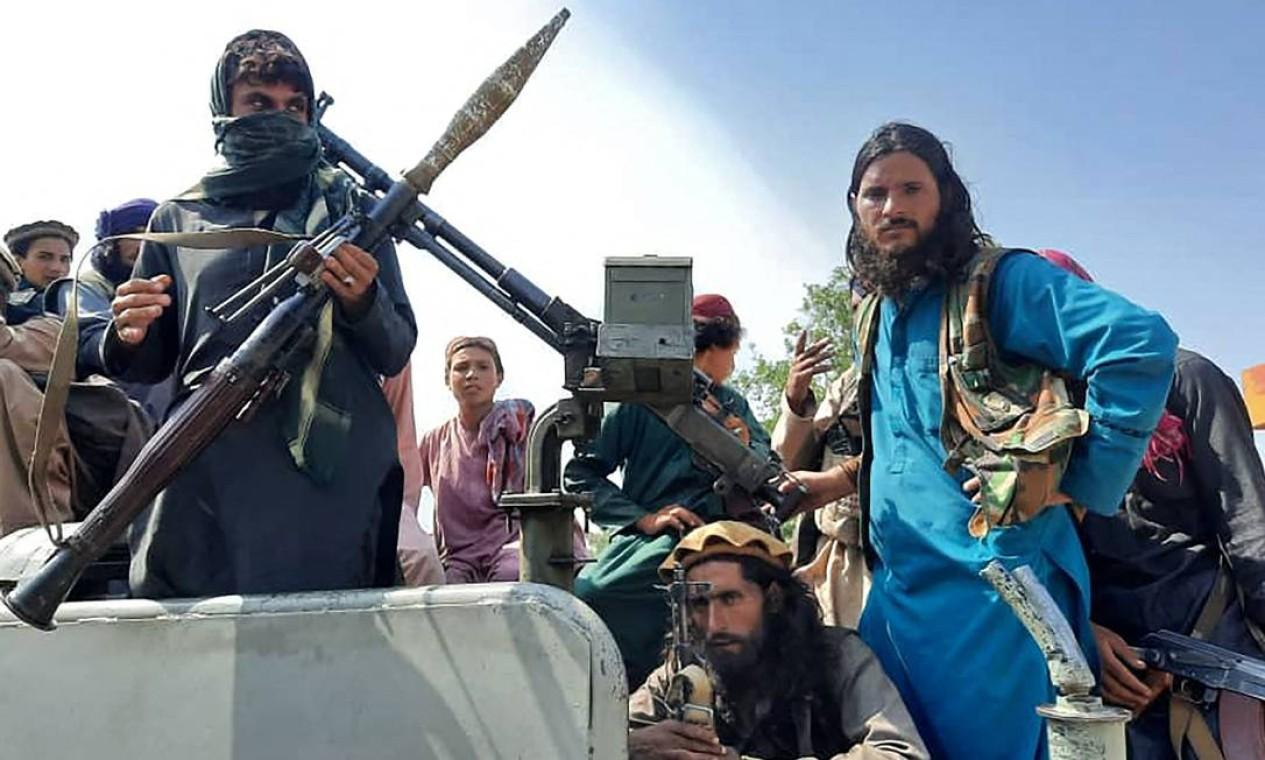 Combatentes talibãs ostentam armamento pesado sobre um veículo em uma rua na província de Laghman Foto: - / AFP