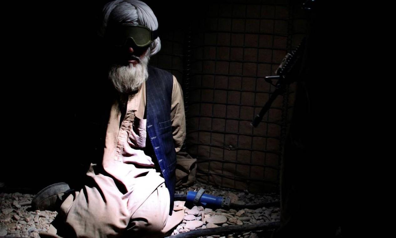 Homem é detido por fuzileiros navais dos EUA após batalha contra os insurgentes talibãs, na província de Helmand, no sul do Afeganistão Foto: FINBARR O'REILLY / REUTERS
