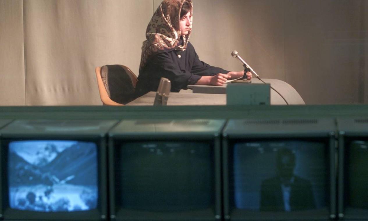 Mariam Shakebar, de 16 anos, deu boas-vindas aos telespectadores da Televisão de Cabul quando a emissora voltou ao ar após um blecaute de cinco anos ordenado pelo Talibã Foto: SHAMIL ZHUMATOV / REUTERS - 18/11/2001