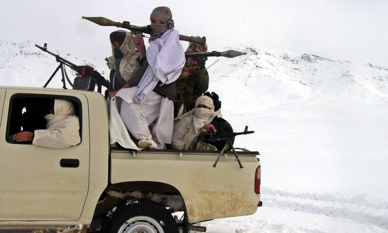 Talibãs fortemente armados são vistos em local não revelado no Afeganistão Foto: STRINGER / REUTERS - 16/01/2009