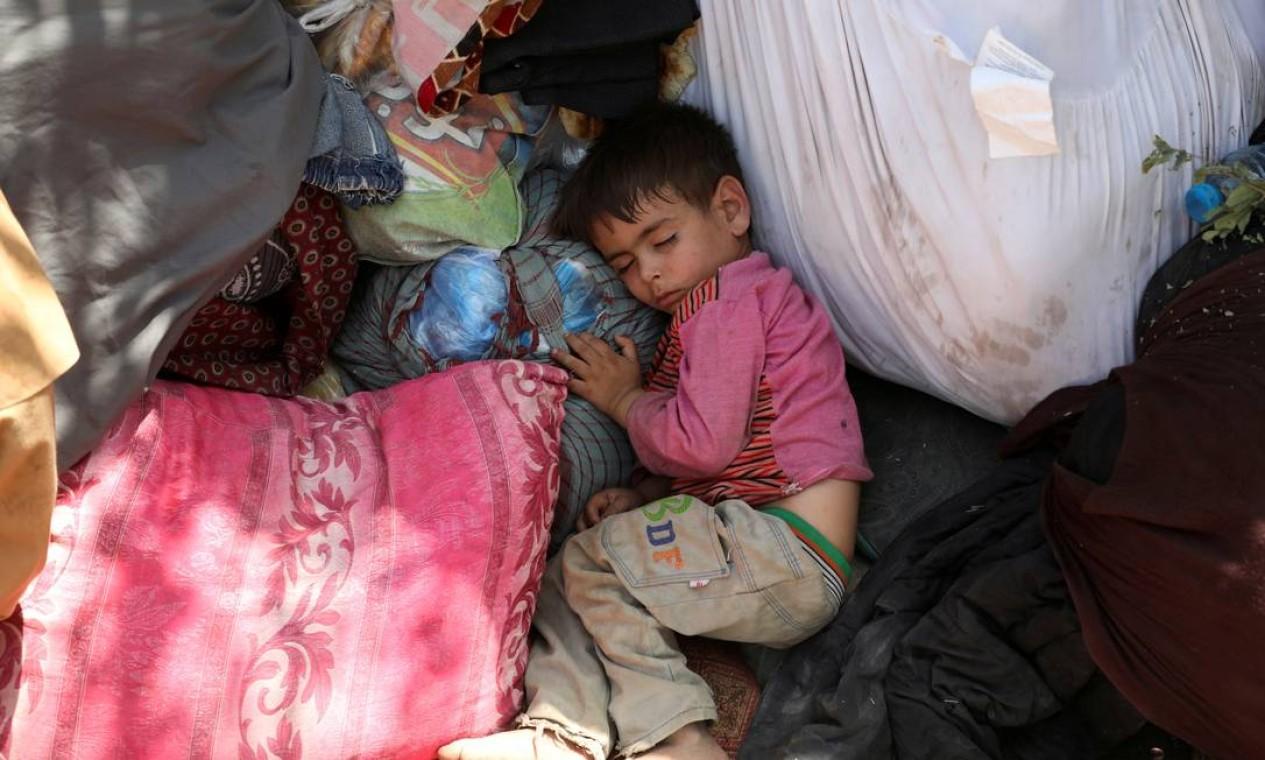 Forçada a deixar sua casa por combates, criança dorme em parque público de Cabul Foto: STRINGER / REUTERS