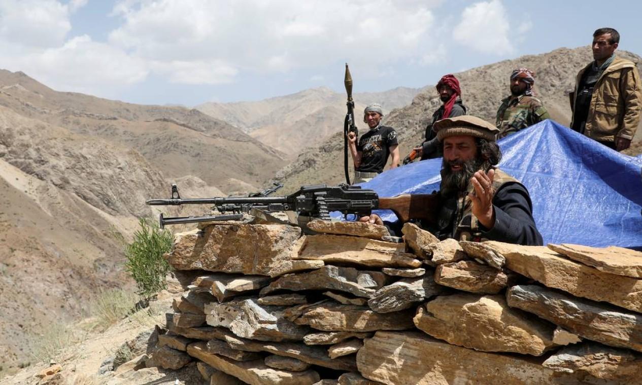Em posto de controle no distrito de Ghorband, província de Parwan, homens armados fazem vigia contra o Talibã Foto: STRINGER / REUTERS - 29/06/2009