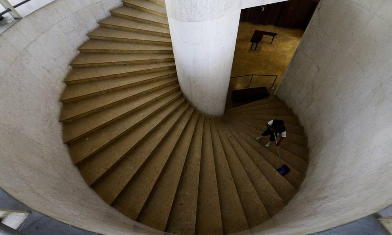 Escadaria que dá acesso ao mezanino do Palácio Capanema Foto: Antonio Scorza / Agência O Globo