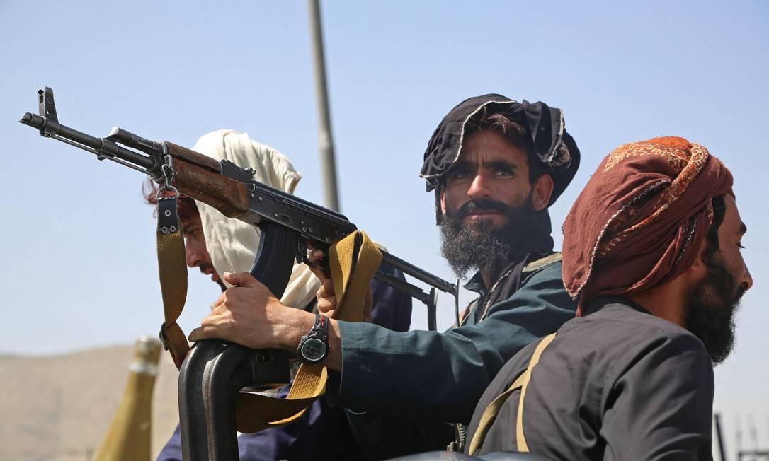 Combatentes do Talibã montam guarda em um veículo ao longo da estrada em Cabul Foto: - / AFP