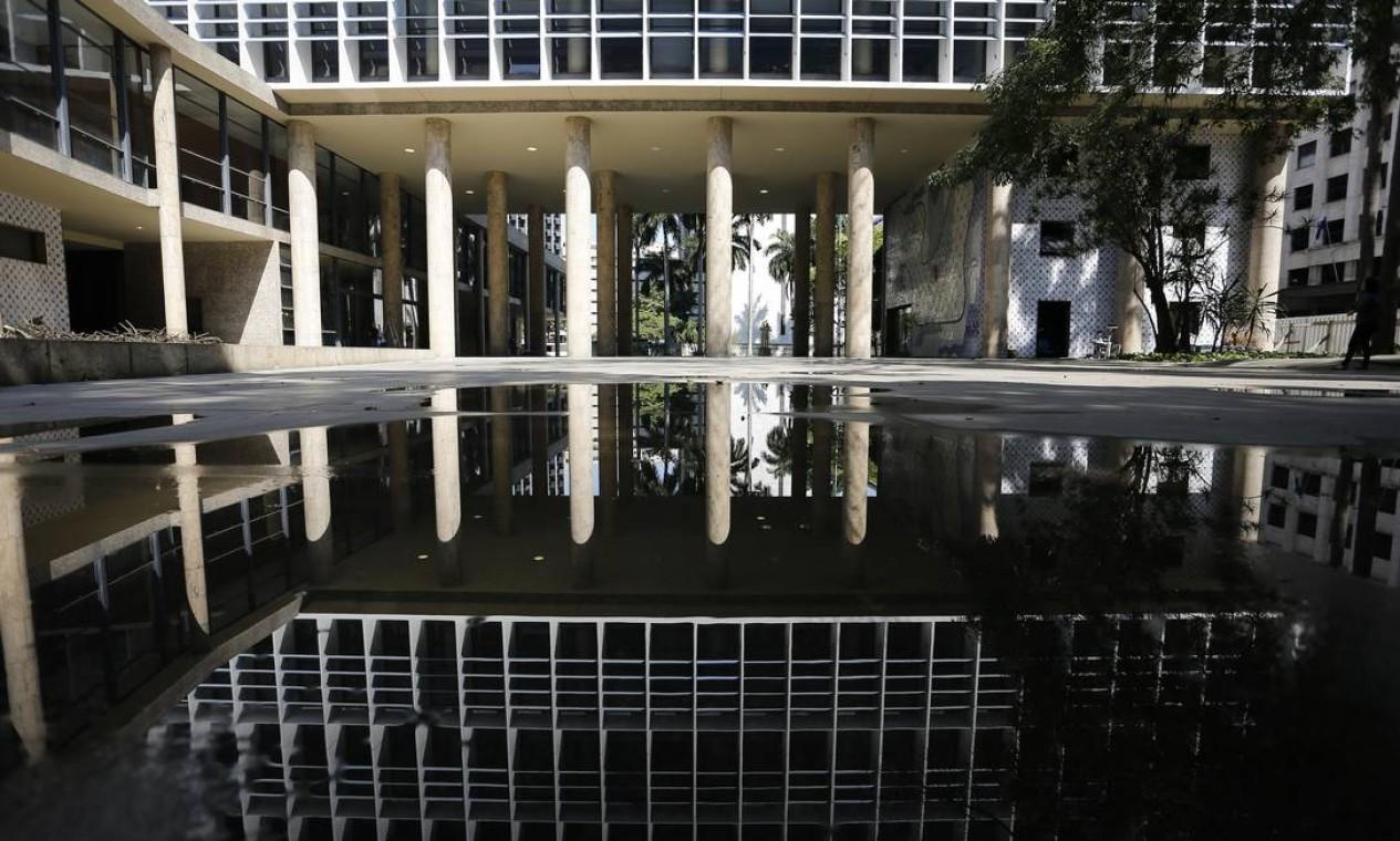 Marco da arquitetura moderna, o prédio de 16 andares no Centro do Rio integra uma lista de imóveis que o governo federal pretende vender à iniciativa privada Foto: Pablo Jacob / Agência O Globo