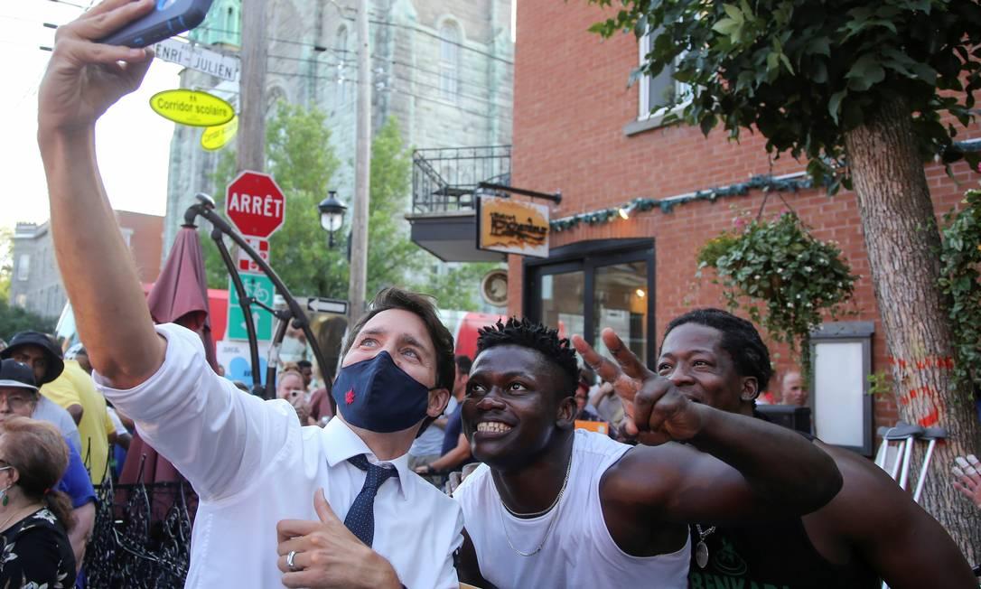 Justin Trudeau posa para selfies durante campanha em Montreal, no Canadá Foto: CHRISTINNE MUSCHI / REUTERS