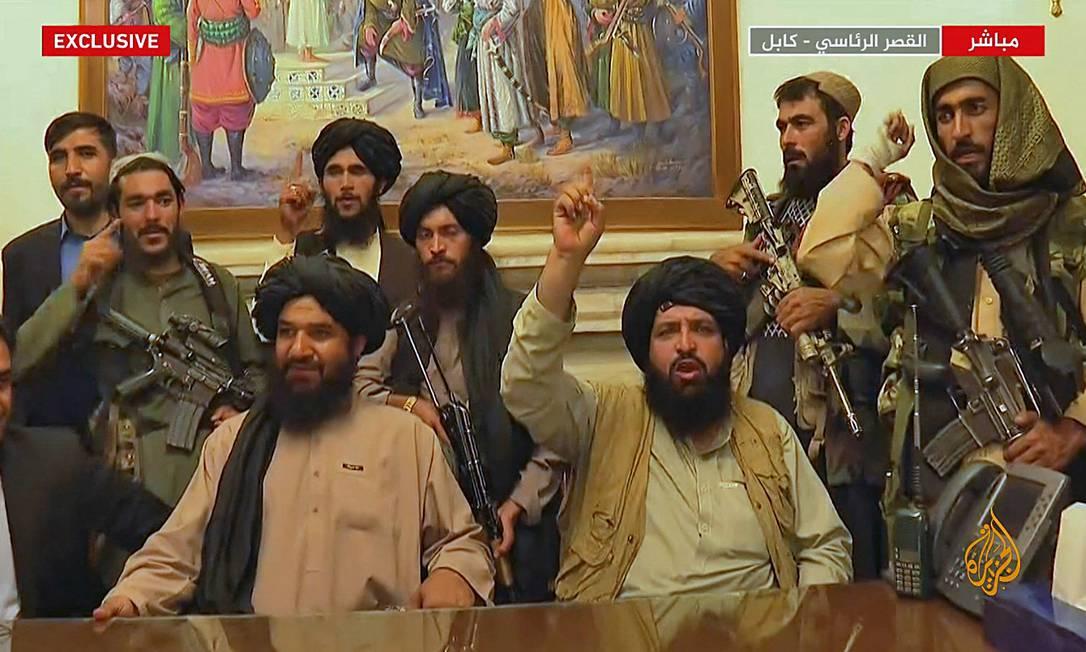 Combatentes do Talibã ao assumirem o controle do palácio presidencial em Cabul, no dia 16 de agosto, em imagem da rede de TV Al Jazeera do Qatar. Principais lideranças da milícia ainda não estão na capital Foto: - / AFP