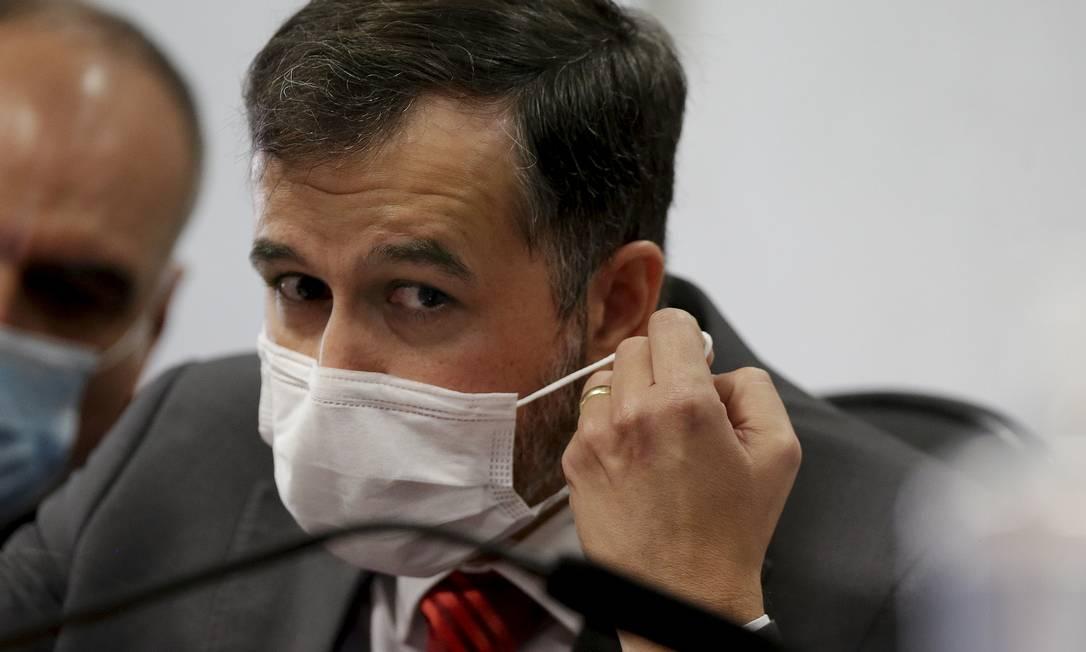 """O auditor do TCU Alexandre Marques confirmou à CPI que o documento sobre número de mortes por coronavírus foi adulterado após ser enviado ao presidente Jair Bolsonaro.Ele é o autor do relatório usado pelo mandatário para questionar as notificações de óbitos em decorrência da pandemia. Bolsonaro chegou a atribuir o material ao TCU, mas depois disse que o texto teria sido produzido a partir de """"uma análise pessoal"""" do auditor. Marques disse ter feito o texto em """"Word"""", mas que não era conclusivo, e confirmou ter enviado o arquivo ao pai, amigo de Bolsonaro. Foto: Cristiano Mariz / Agência O Globo"""