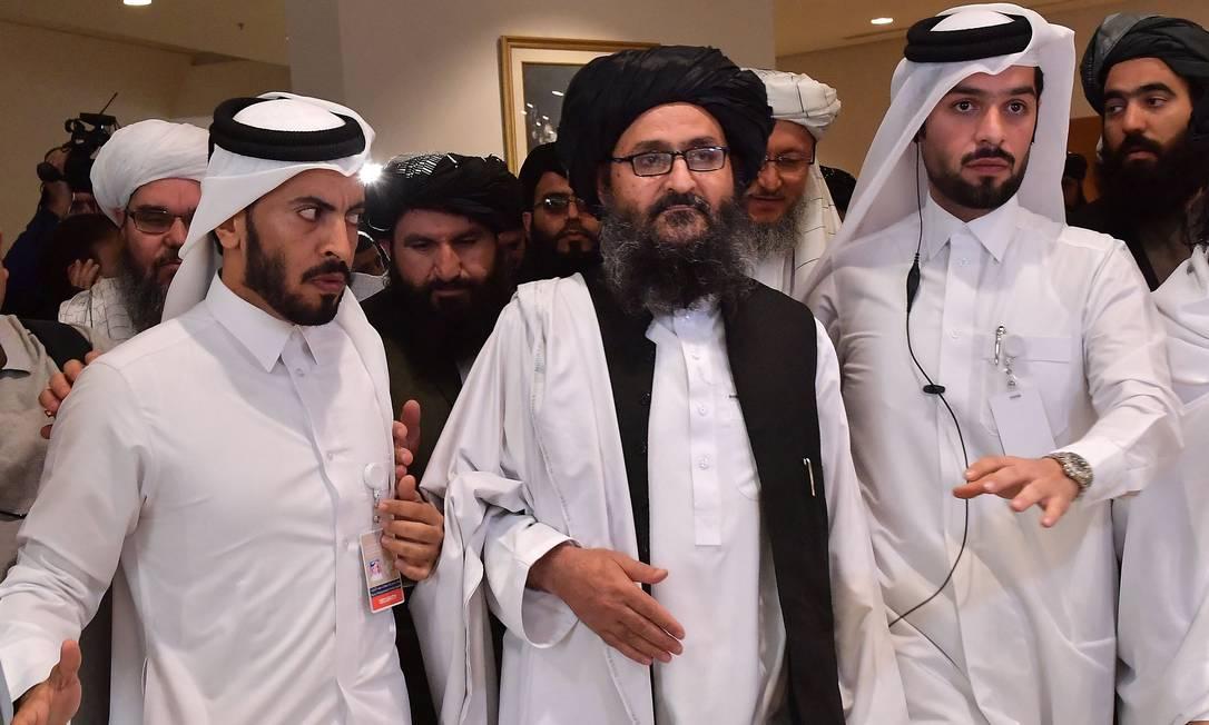 Ao centro, o mulá Abdul Ghani Baradar, que chefia o birô político do Talibã, em foto de 2020 Foto: GIUSEPPE CACACE / AFP