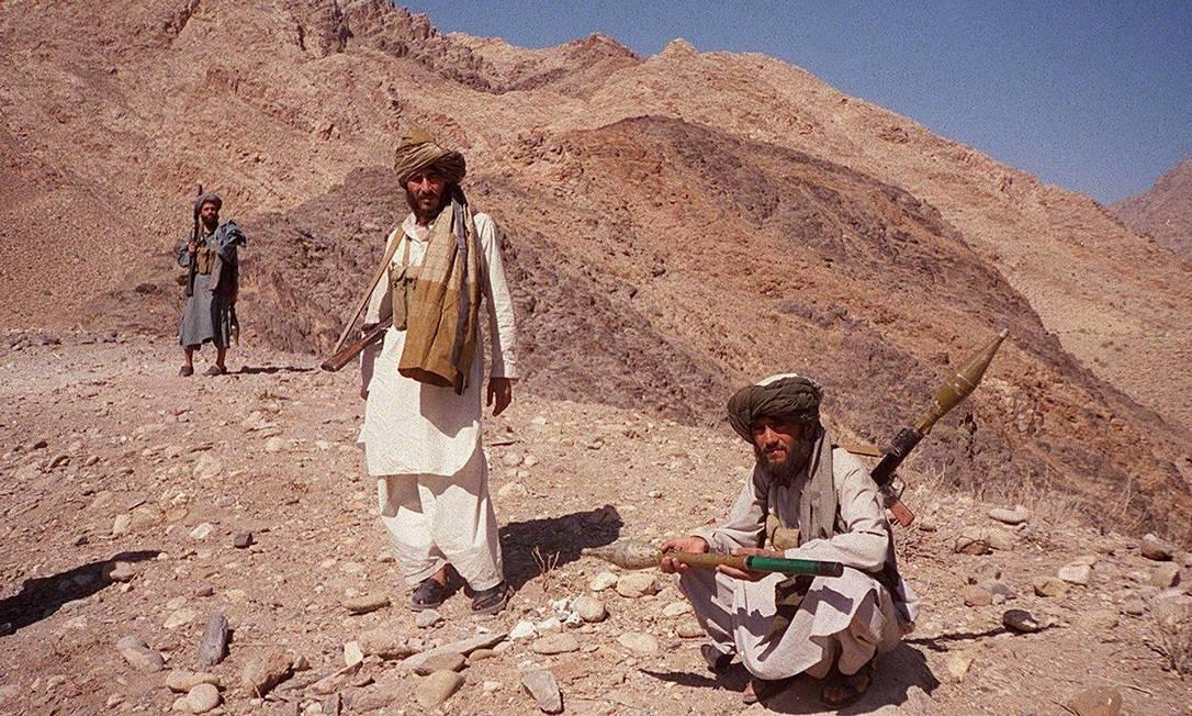 Integrantes do Talibã perto de Jalalabad, no Afeganistão, em outubro de 2001, uma semana depois do início da intervenção estrangeira que duraria duas décadas Foto: TARIQ MAHMOOD / AFP
