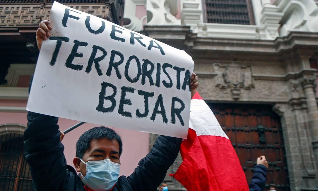 Homem protesta contra chanceler peruano em frente à sede do Ministério das Relações Exteriores em Lima Foto: GIAN MASKO / AFP/17-08-2021