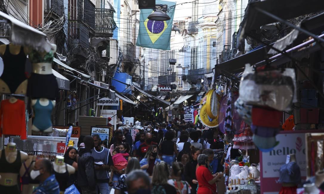 Aglomeração na Saara, no Rio: casos da Delta em ascensão na cidade Foto: Fabiano Rocha / Agência O Globo