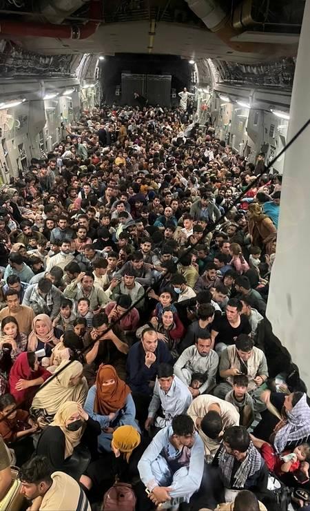 Afegãos lotam o interior de uma aeronave de transporte C-17 Globemaster III da Força Aérea dos EUA, levando cerca de 640 afegãos de Cabul, Afeganistão, para o Qatar Foto: US AIR FORCE / via REUTERS