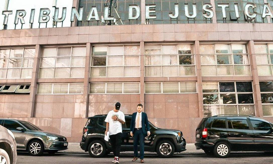 MC Maneirinho e seu advogado, Paulo Joiozo, em frente ao TJRJ Foto: Divulgação / Nove Letras Comunicação