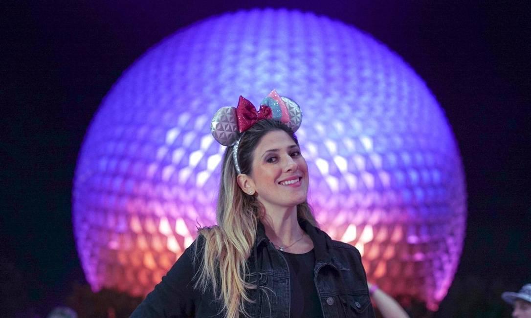 A humorista Dani Calabresa posa em frente à Spaceship Earth, a esfera que é o cartão-postal do EPCOT, um dos parques temáticos do Walt Disney World, na Flórida Foto: Acervo pessoal