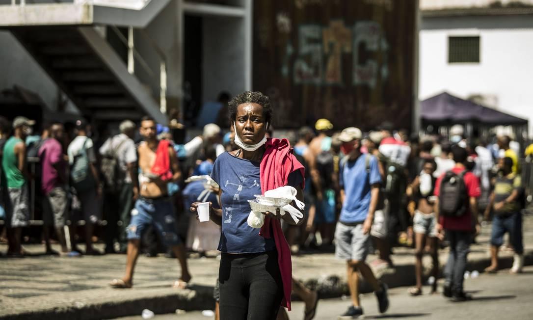 Mesmo antes da pandemia, 41% da população viviam em situação de insegurança alimentar. Na foto, distribuição de refeições no Centro do Rio com centenas de pessoas Foto: Guito Moreto / Agência O Globo