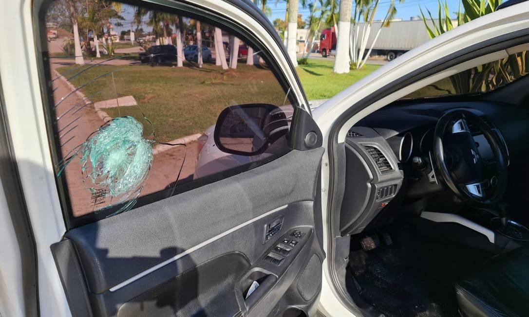 Um dos disparos atingiu o vidro do carro no lado do motorista Foto: Reprodução/Vinicíus Lourenço