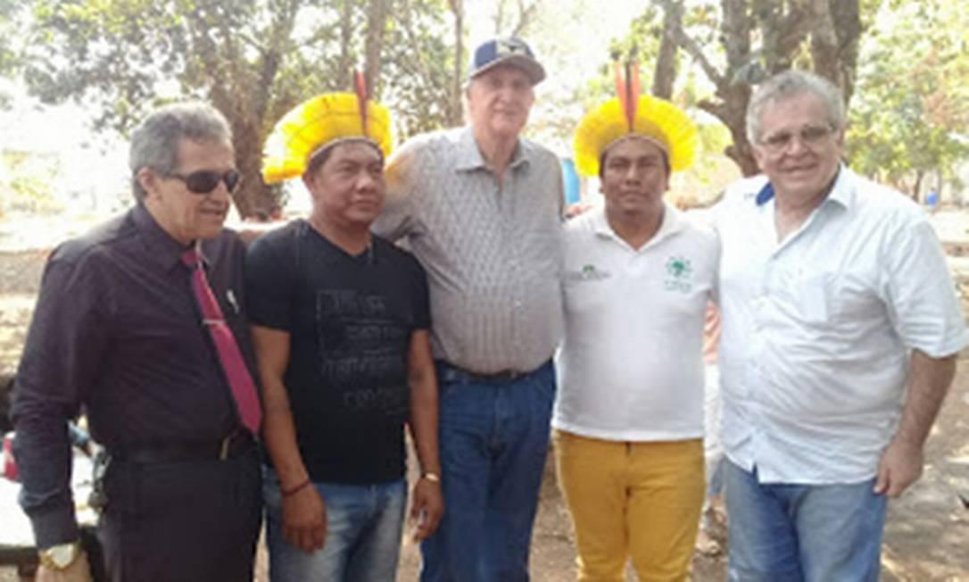 Cantor Sérgio Reis com indígenas em visita ao município de Aldeias Tucumã, no Pará Foto: Agência O Globo