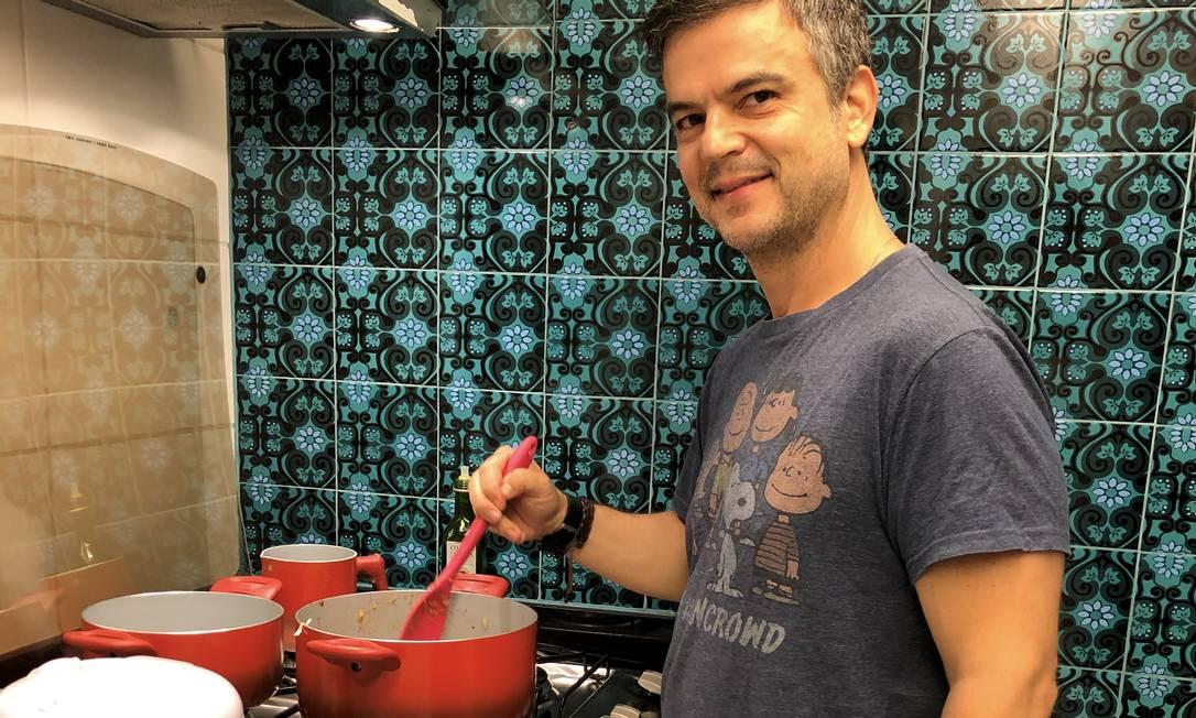 Alfredo Guimarães Motta em sua cozinha Foto: Agência O Globo