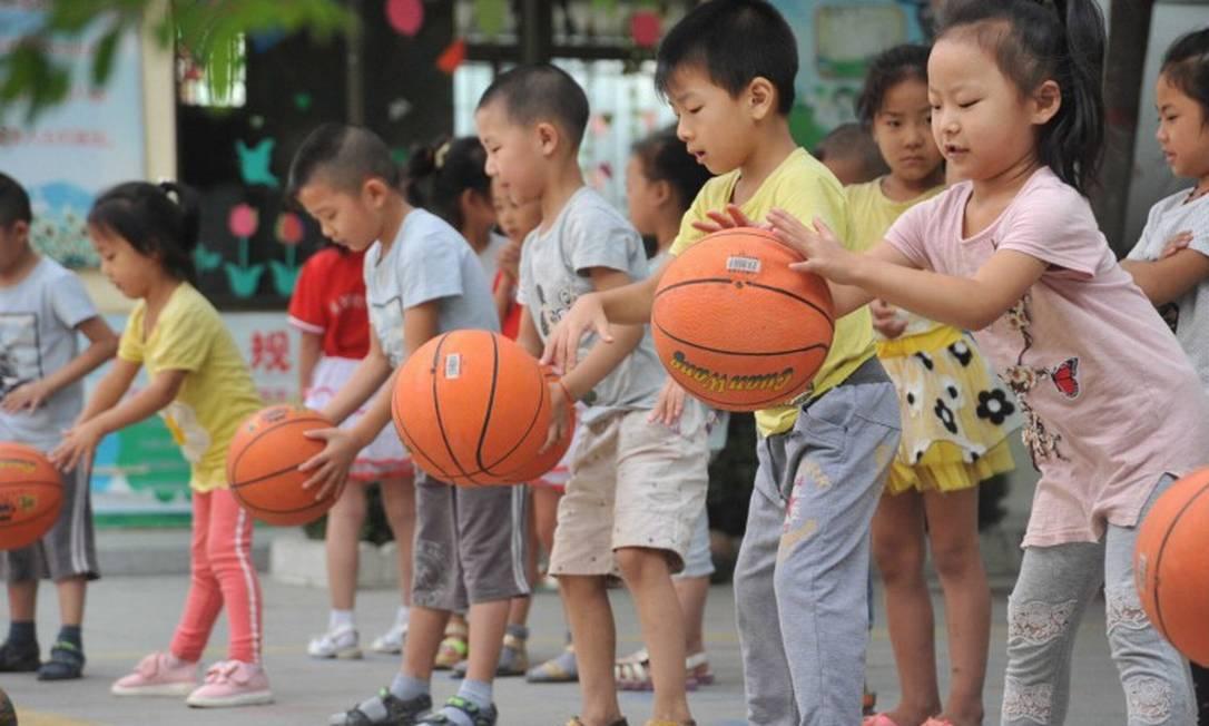 China aprova nova lei que permite até três filhos por casal Foto: Gao xinsheng / Agência O Globo
