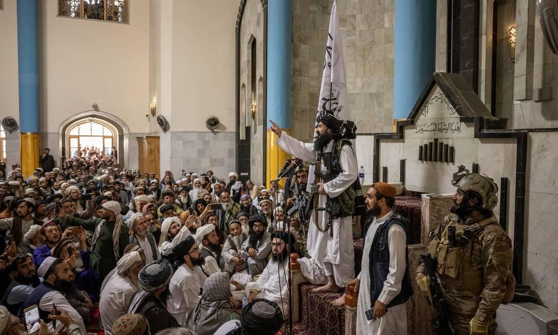 Khalil Haqqani, membro de uma das redes mais poderosas por trás da ascensão do Talibã ao poder, discursa na mesquita Pul-i-Khishti, a mais importante de Cabul Foto: VICTOR J. BLUE / NYT