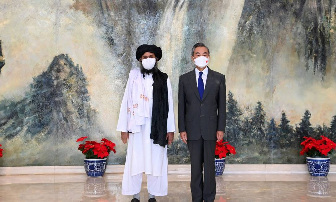 Chanceler da China, Wang Yi, durante reunião com o chefe do birô político do Talibã, o mulá Abdul Ghani Baradar, em visita a Tianjin Foto: XINHUA / VIA REUTERS
