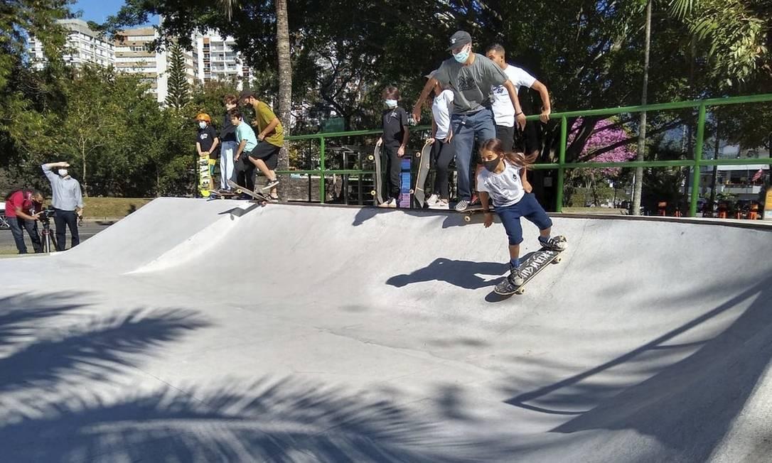 Novo piso. Skatistas praticam na reinauguração, no último dia 8, de uma das pistas reformadas pela prefeitura Foto: Divulgação/Secretaria municipal de Conservação