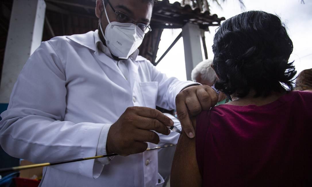 Idosa toma vacina contra Covid-19 no Rio Foto: Maria Isabel Oliveira / Agência O Globo