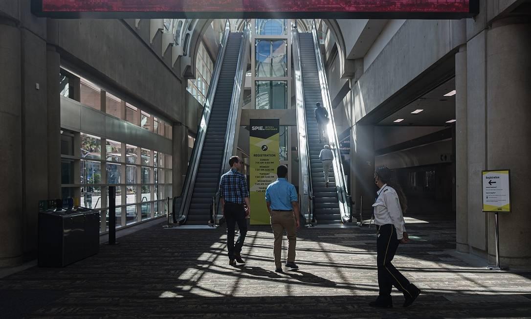 Pessoas no San Diego Convention Center, na cidade californiana de in San Diego Foto: Ariana Drehsler / The New York Times)