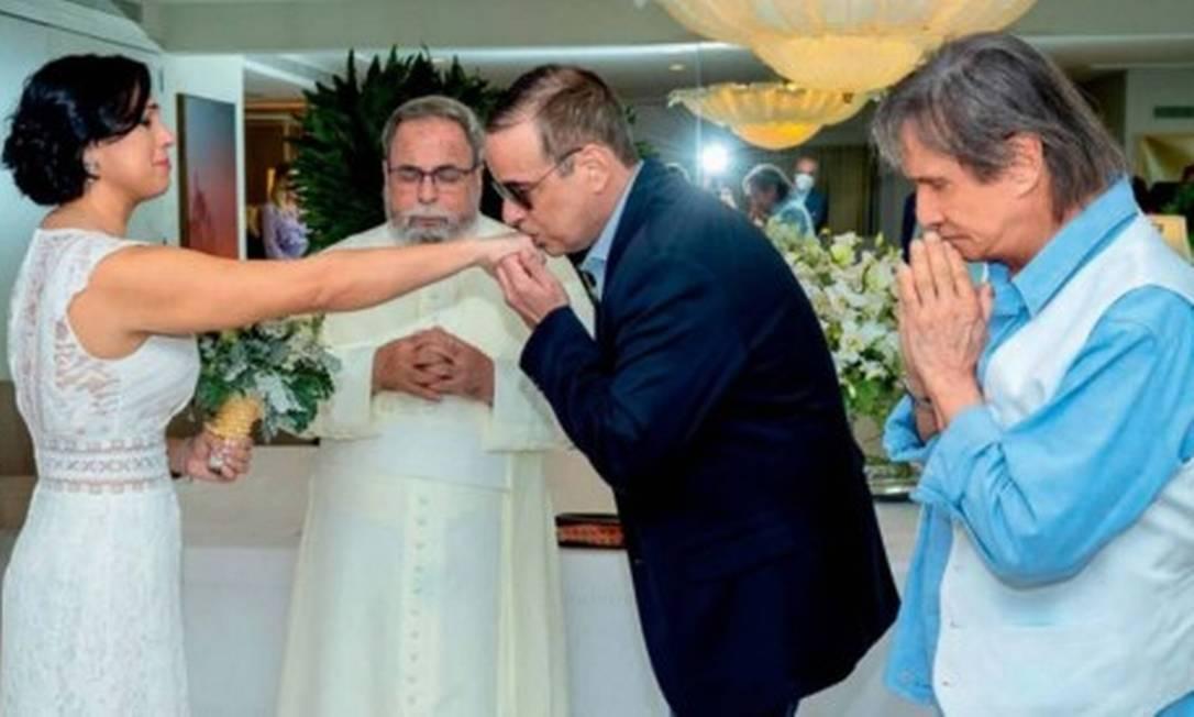 Valeska, padre Antônio Maria, Dudu Braga e Roberto Carlos Foto: Martin Gurfein/ Revista Caras